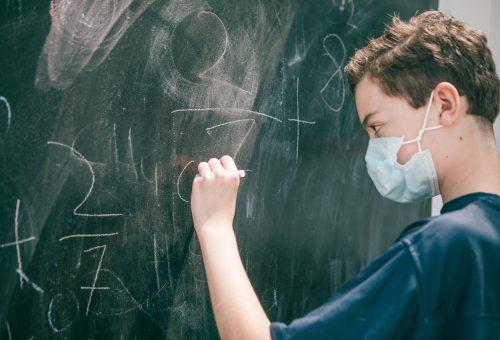 Iskolakezdés és koronavírus: a gyerekek robbantják ki a harmadik hullámot?