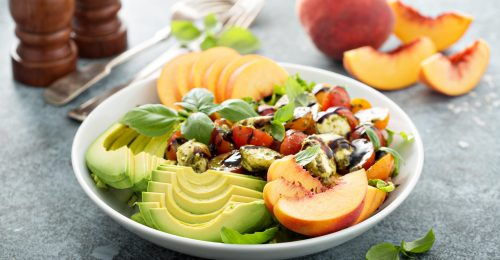 Kukoricafasírt könnyed barackos salátával
