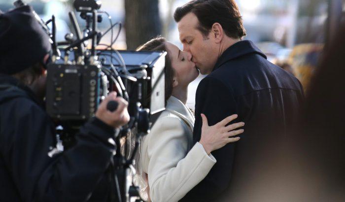 Szexbabák és műanyag lapokkal csókolózás: így változtatta meg a romantikus jelenetek forgatását a járvány