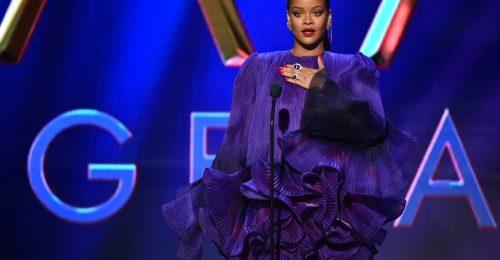 Rihanna az első, aki be merte vállalni a furcsa Balenciaga lábbelit