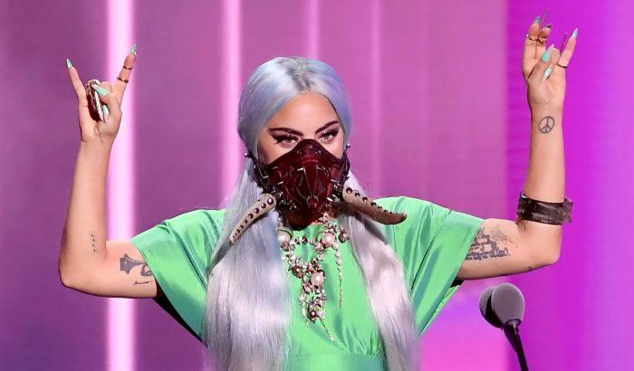 Lady Gaga szavazni is a tőle megszokott stílusban indult