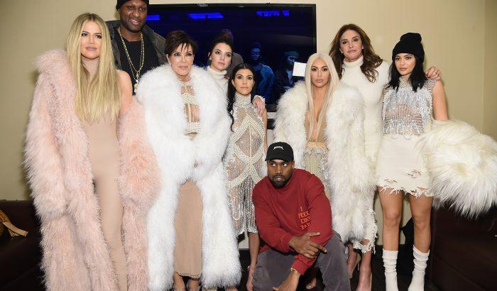 Egy Nanushka ruhán vesztek össze a Kardashian-nővérek