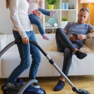 Apu tévézik, anyu mosogat – A magyar nőknek továbbra is dupla műszakban kell dolgozni