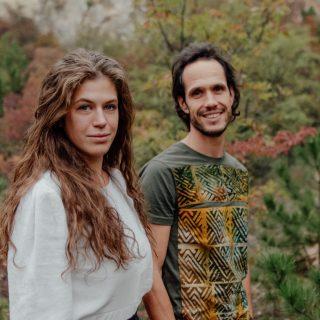 Ghánai családoktól vásárolt anyagokból varr pulóvert egy magyar családi vállalkozás