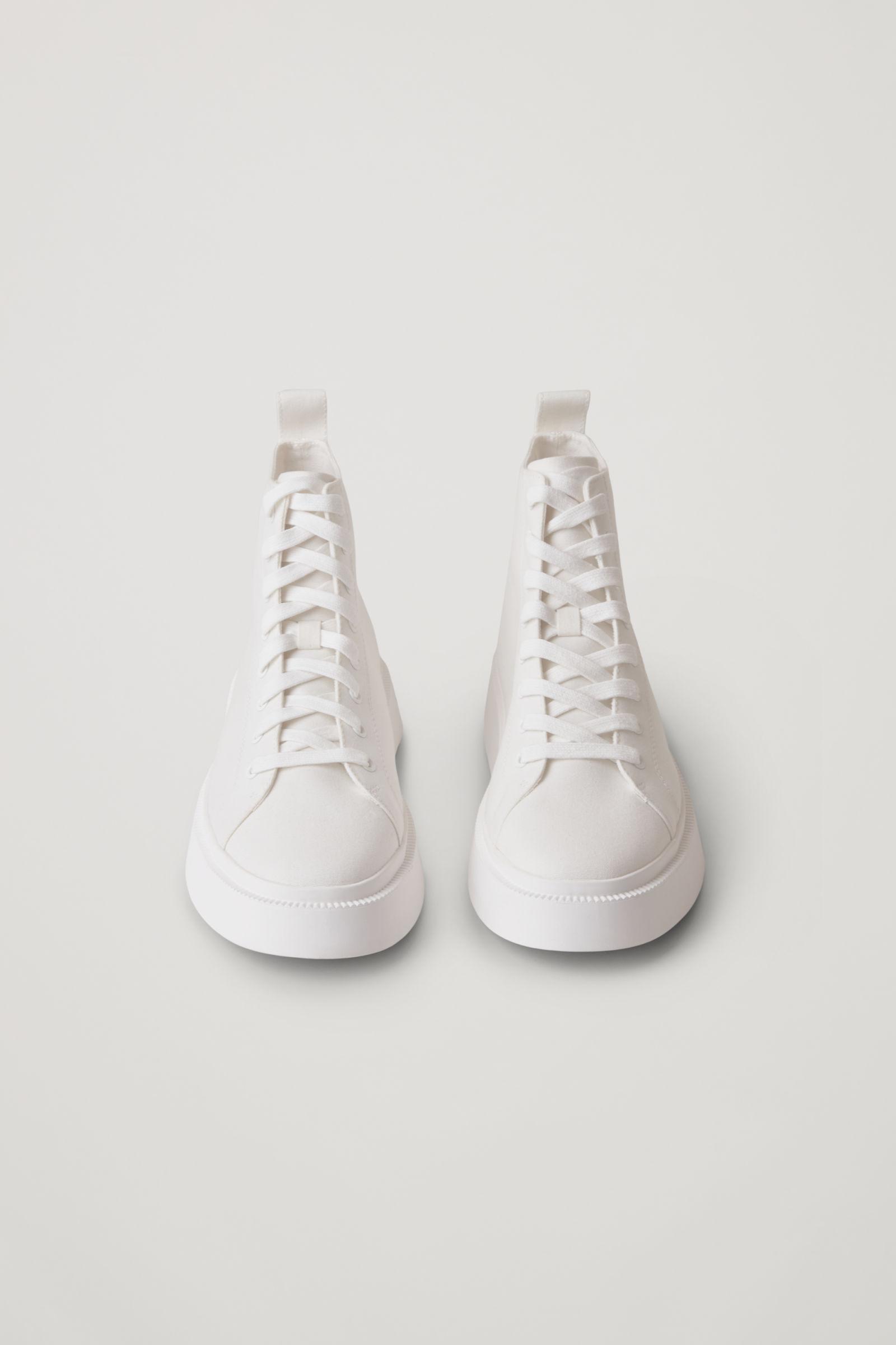 2. kép: COS sneaker