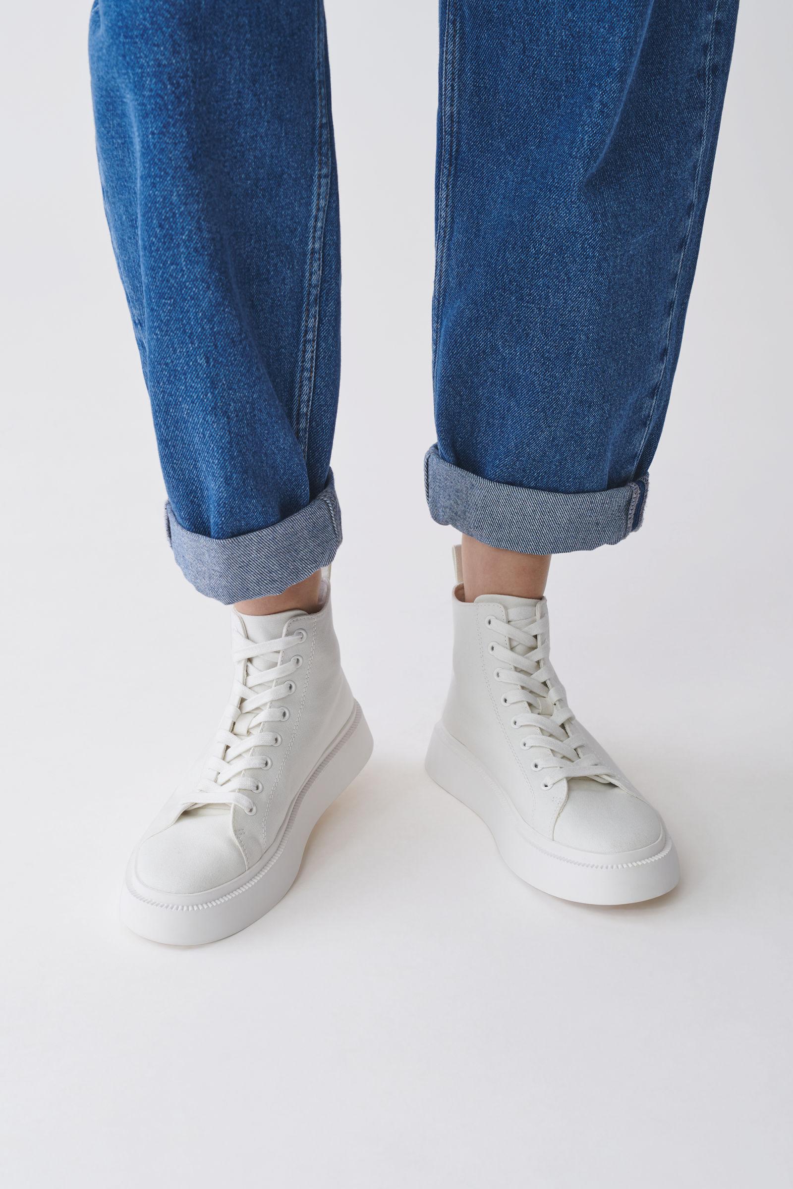 6. kép: COS sneaker