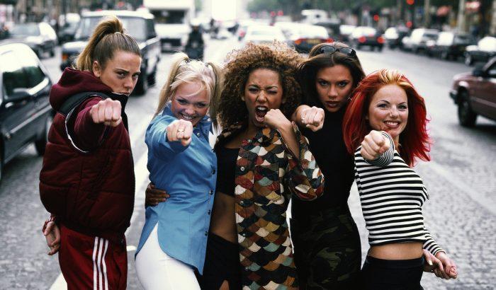 Elárverezik Geri Halliwell ikonikus Spice Girls-ruháját