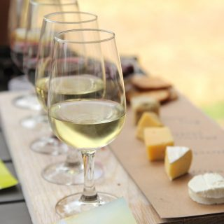 Vissza az alapokhoz: kísérletezzünk kemény sajt és magyar bor párosításokkal!