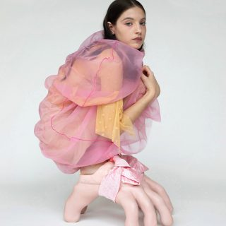 Szilikonkarmokkal és Kim Kardasihan-fenékkel rukkolt elő a dizájner