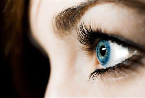A színes kontaktlencse a legújabb divatőrület