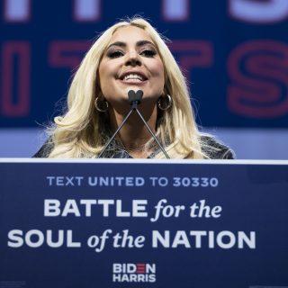 Lady Gaga békéért és szeretetért imádkozik a beiktatás napján