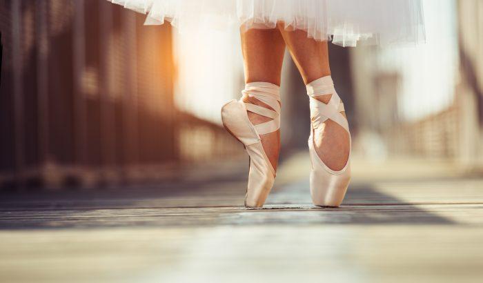 Pofonegyszerű gyakorlatokkal edzik lábukat a balerinák