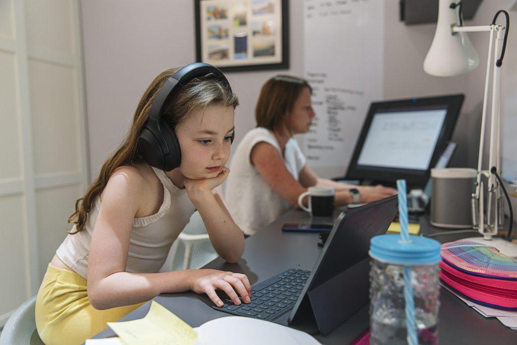 gyerek-internetes-szokas-karanten