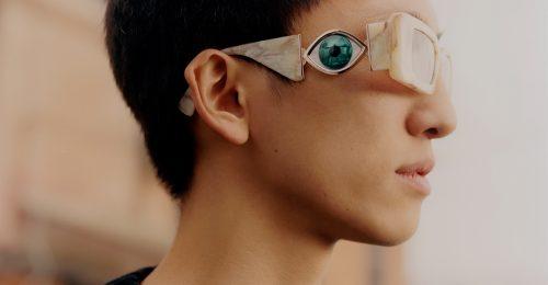 Extravagáns napszemüvegeket tervezett a spanyol művész