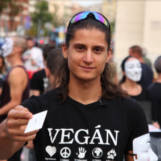 """""""Ilyen szélsőséges időkben szélsőséges megoldások kellenek"""" – Interjú Korpádi Péter vegán aktivistával"""