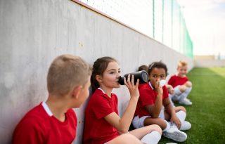 Mennyi folyadékot igyon egy iskolás gyerek?