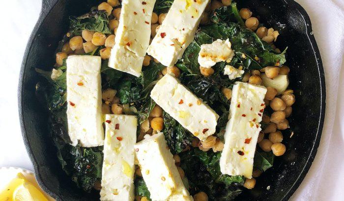 Vega lakoma: sült feta fodroskellel és csicseriborsóval