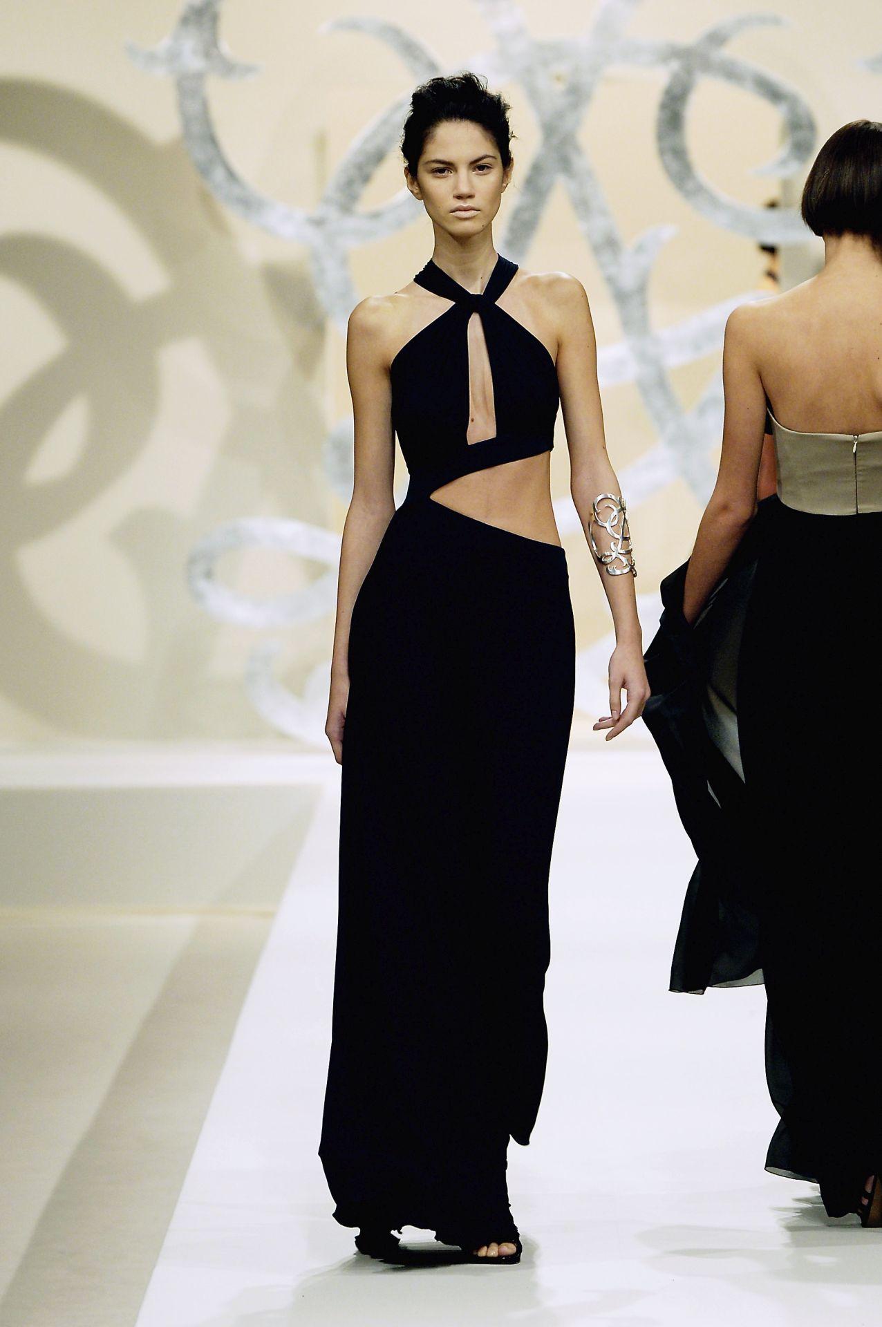 4. kép: Cutout ruha - Guy Laroche 1997 (Fotó: Karl Prouse/Catwalking/Getty Images)