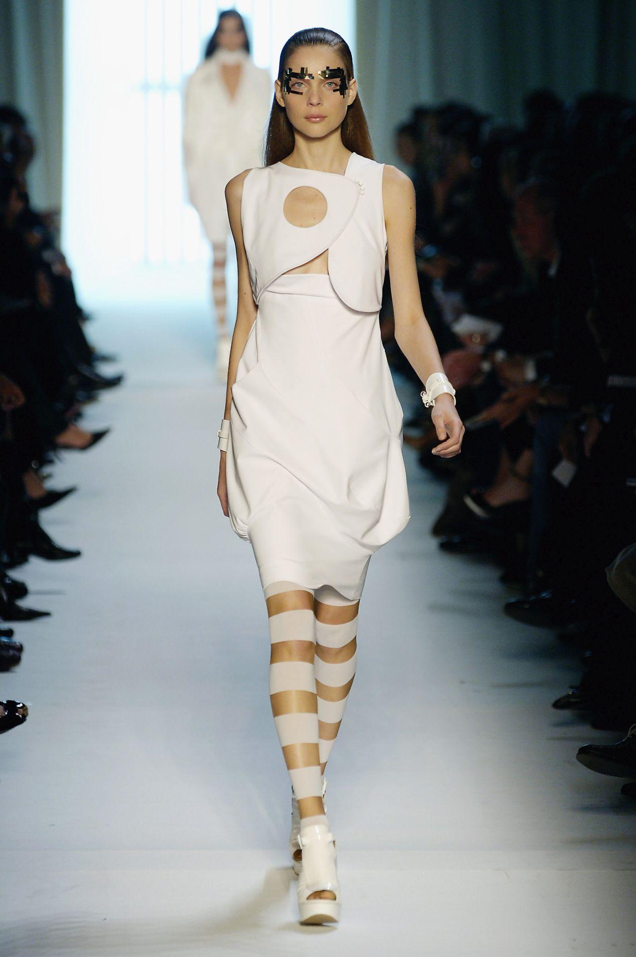2. kép: Cutout ruha - Givenchy 2007  (Fotó: Chris Moore/Catwalking/Getty Images)
