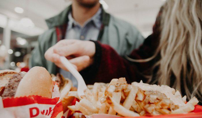 Veszélyes őrület terjed a tinik körében az evéssel kapcsolatban