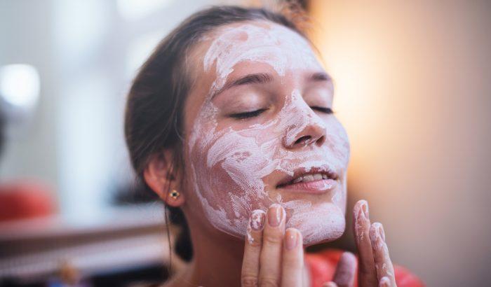 DIY: három gyógyító arcpakolás a sima, ragyogó bőrért