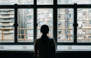 Miért marad? Mert nincs hová mennie – Nők és a lakhatási válság