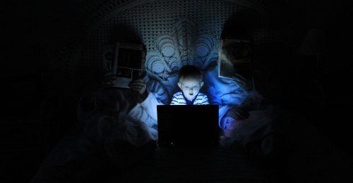 Álhírek és összeesküvés-elméletek: így tanítsuk meg a gyerekeinknek felismerni őket