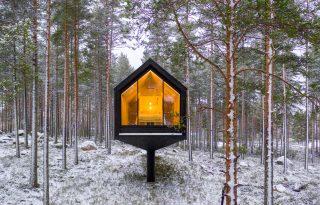 Egyetlen cölöpön egyensúlyozik a finn erdei kabin