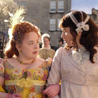 Észrevetted? Már a Bridgerton első perceiben elárulták Lady Whistledown kilétét!