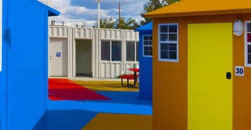 Színes miniházakkal segítik a hajléktalanokat