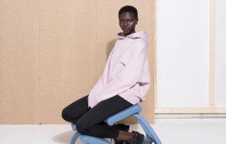 Új külsőt kapott a híres tartásjavító szék