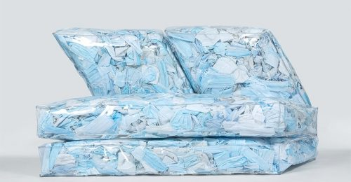 A környezetszennyezésre figyelmeztet az arcmaszkokból készült kanapé