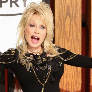 Dolly Parton megtalálta a tökéletes ruhát a Covid-oltáshoz