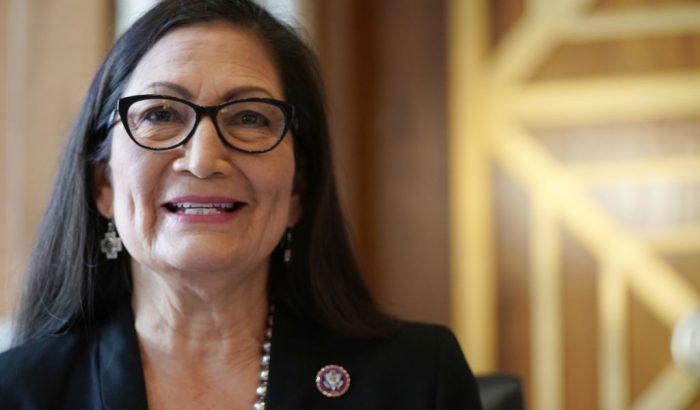 Újabb női győzelem: megválasztották az USA első indián származású belügyminiszterét