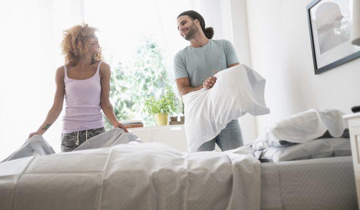 Az ágyneműt rendszeresen mossuk, azonban minden más, ágy körüli textilre is figyelni kéne