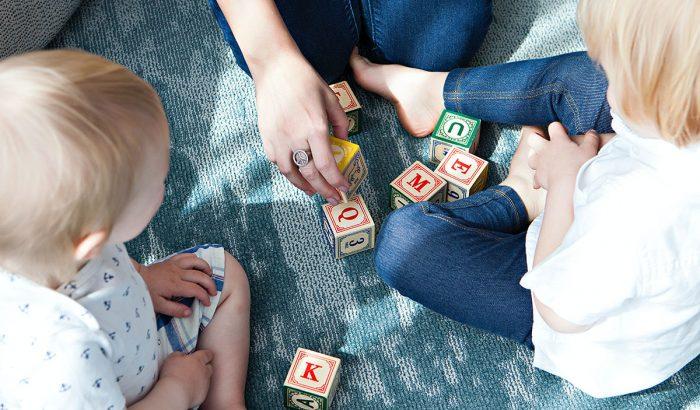 Így kösd le a gyereked otthon szorongáscsökkentő játékokkal