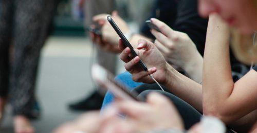 Nagy a baj: tízből négy egyetemista okostelefon-függő