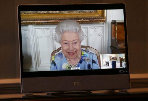 II. Erzsébet mosolyogva tért vissza a királyi kötelezettségeihez