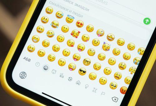 Majmok és padlizsánok: így rontják el az emojikat férfiak és nők