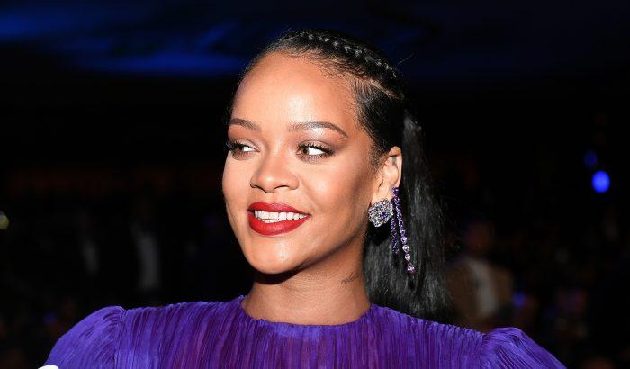 Rihanna inkognitóban sokkolta a tüntetőket