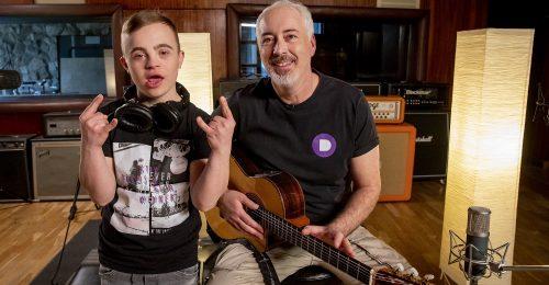 Szív dalocskát írt Hajós András és Gyurci, a Down-szindrómás kamasz