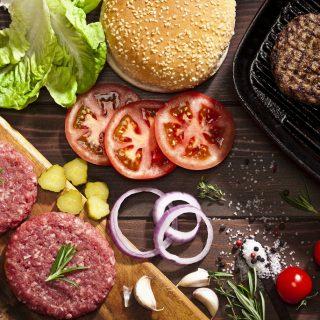 Jön a grillszezon, mutatjuk a tökéletes hamburgerhús titkát