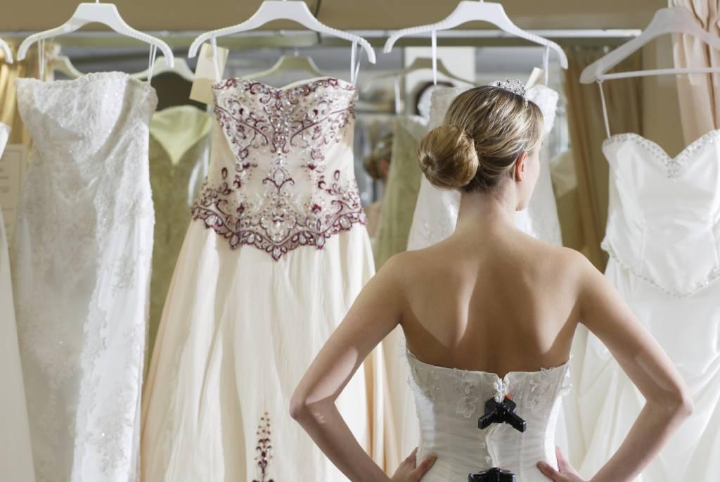 Hogyan válasszunk online esküvői ruhát?
