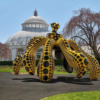Óriási pöttyös szobrokkal árasztotta el New Yorkot Kuszama Jajoi