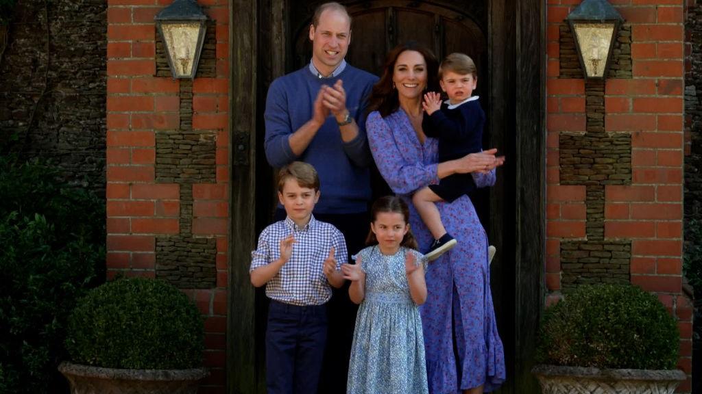 Az angol királyi család tagjai, Kate és Charlotte összeöltözött