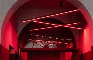 Neonfényekkel dobták fel a berlini művészmozit