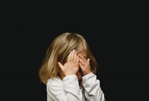 Így segíthetsz a gyerekednek kifejezni az érzéseit