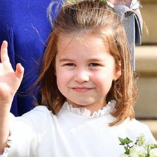 Mint két tojás! Ezeken a fotókon Sarolta hercegnő pont olyan, mint II. Erzsébet kislányként