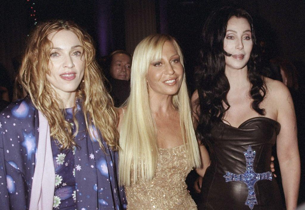 Cher Madonna és Donatella Versace mellett