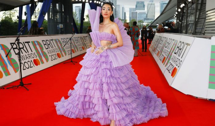 Ezt a lila Balmain ruhát imádja most a fél világháló